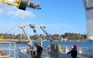 Loading the ISMT2 buoy onto the RV Wecoma