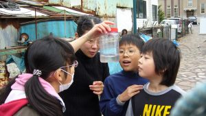 Teaching 4-6th grade students about zooplankton ecology in Hakodate, Japan. Credit: Mei Sato
